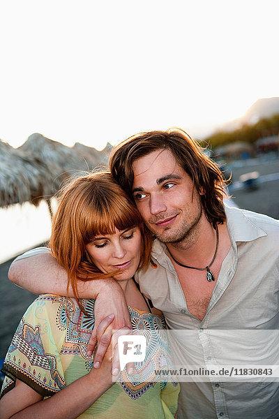 Junges Paar beim Strandspaziergang