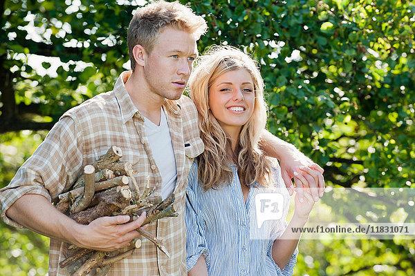 Ehepaar sammelt Brennholz im Freien