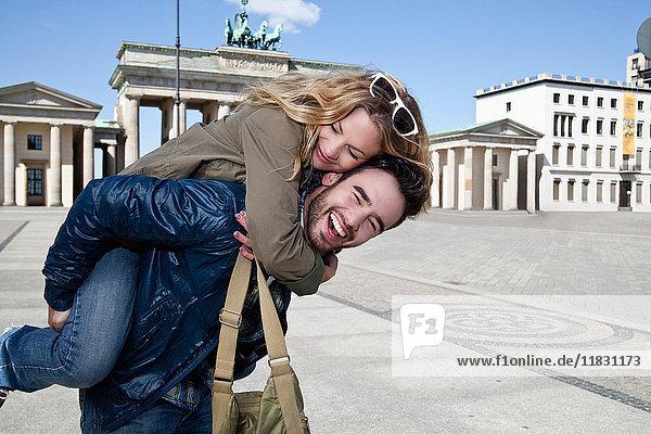 Mann mit Freundin auf dem Stadtplatz