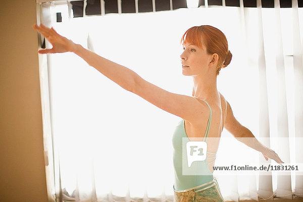Balletttänzer posiert vor dem Fenster