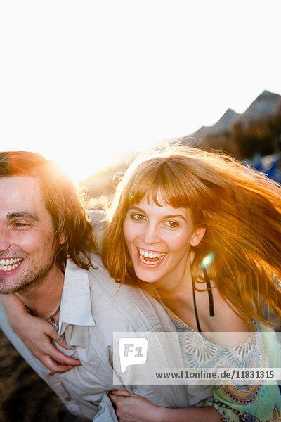 Junges Paar amüsiert sich am Strand