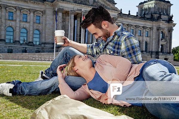 Lachendes Paar entspannt auf Gras