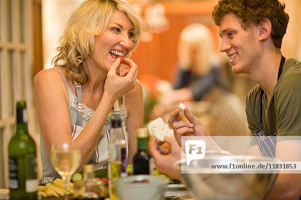 Mutter und Sohn essen zusammen