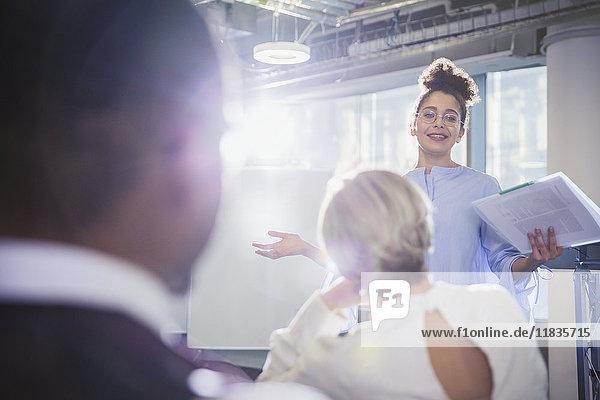 Geschäftsfrau mit Papierkram  die Konferenzraumbesprechung leitet