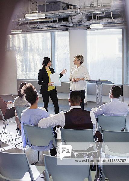 Geschäftsfrauen im Gespräch  leitende Konferenzpräsentation