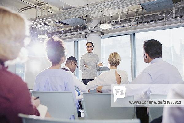 Geschäftsfrau leitet Konferenzraumbesprechung