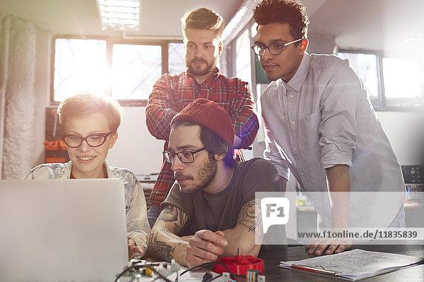 Designer arbeiten am Laptop