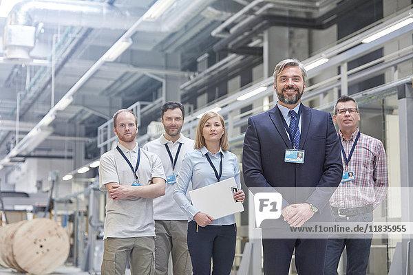 Portrait zuversichtlich Geschäftsinhaber und Vorgesetzte in der Glasfaserfabrik