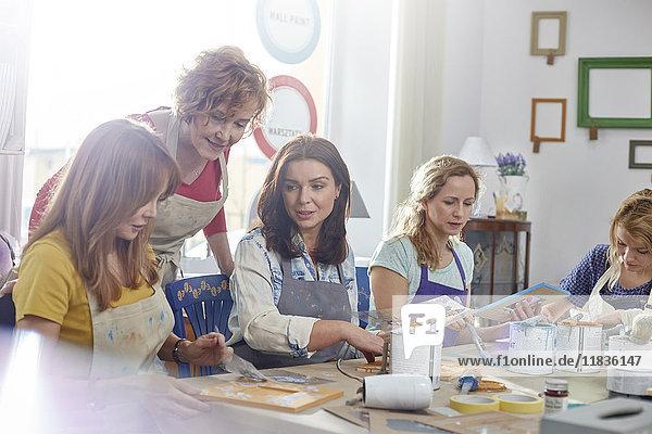 Künstlerinnen malen in der Kunstklasse Workshop