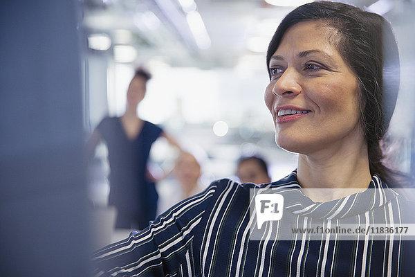 Lächelnde Geschäftsfrau leitet Konferenzraumbesprechung