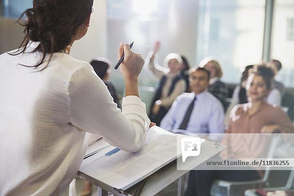 Geschäftsfrau leitet Konferenzpräsentation  beantwortet Fragen des Publikums