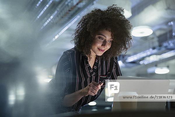 Geschäftsfrau arbeitet spät am Computer im Büro