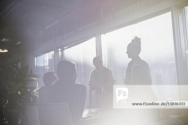Silhouette Geschäftsleute sprechen im Konferenzraum Besprechung