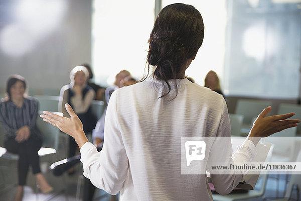 Geschäftsfrau gestikuliert  Leiterin Konferenzraumbesprechung