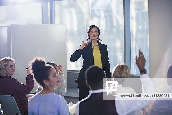 Geschäftsfrau führt Meeting  beantwortet Publikumsfragen