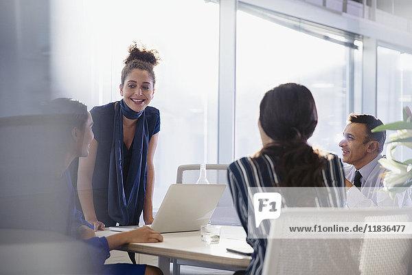 Geschäftsfrau bei der Laptop führenden Konferenzraumbesprechung