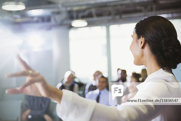 Geschäftsfrau leitet Konferenzpräsentation