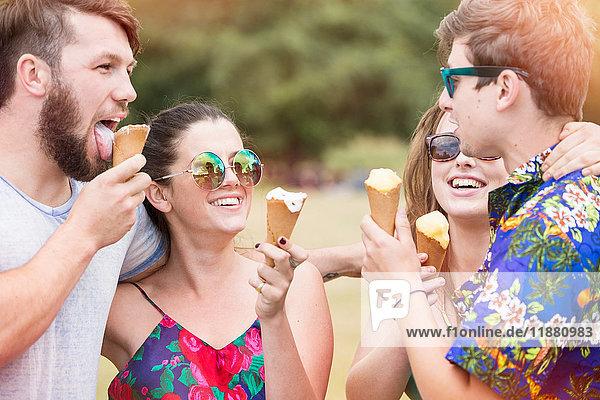 Freunde essen lächelnd Eiswaffeln