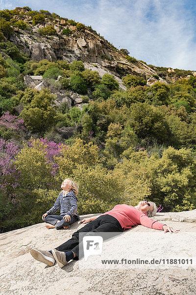 Enkel und Großmutter machen Pause auf einem Felsen  Sequoia-Nationalpark  Kalifornien  USA