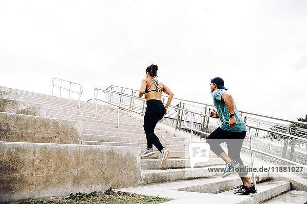 Mann und Frau trainieren im Freien  laufen Treppen hoch  Rückansicht  South Point Park  Miami Beach  Florida  USA
