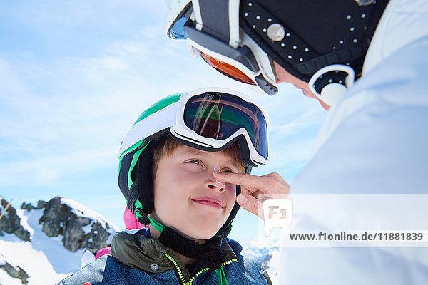 Mutter schmiert ihren Sohn mit Sonnencreme ein  Hintertux  Tirol  Österreich