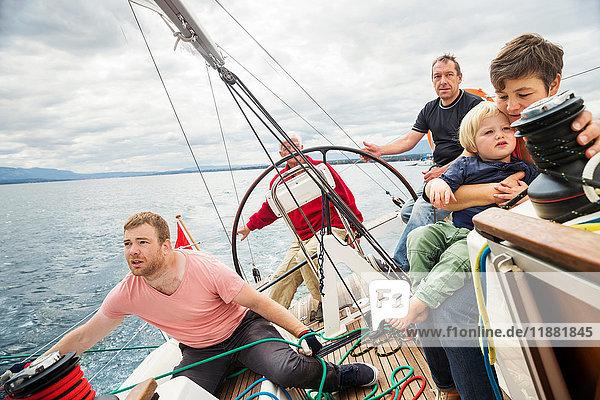 Vier Generationen Familie auf einem Segelboot  Genf  Schweiz  Europa