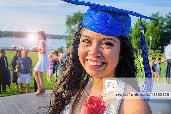Porträt eines Teenager-Mädchens mit Abiturmütze