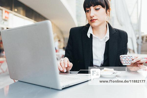 Geschäftsfrau mit Laptop im Café  Mailand  Italien