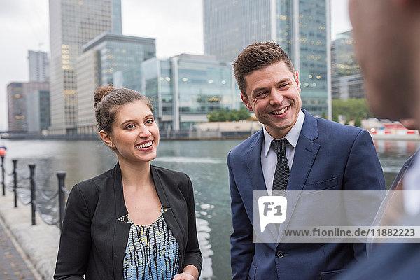 Geschäftsmann und Geschäftsfrau im Gespräch im Freien  Canary Wharf  London  Großbritannien