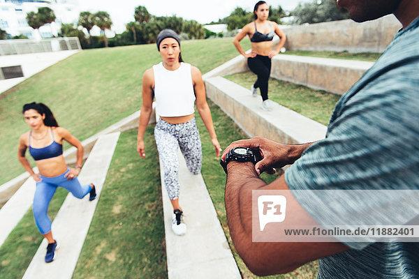 Drei Frauen trainieren mit einem Personal Trainer  Point Park  Miami Beach  Florida  USA