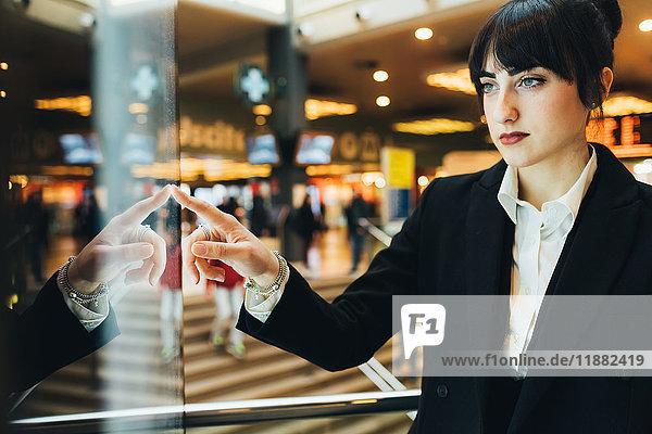 Geschäftsfrau schaut ins Schaufenster  Mailand  Italien