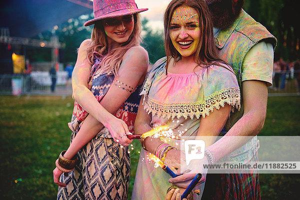 Porträt von zwei jungen Frauen und mit farbigem Kreidepulver bedeckt auf dem Fest