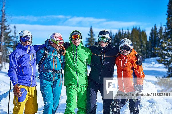 Porträt von männlichen und weiblichen Skifahrern mit Helm und Brille auf der Skipiste  Aspen  Colorado  USA