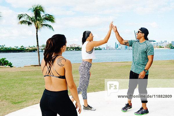 Junge Frau feiert Training mit Personal Trainerin  South Point Park  Miami Beach  Florida  USA