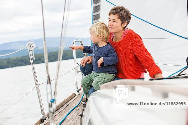 Mutter und Sohn auf einem Segelboot  Blick auf die Aussicht  Genf  Schweiz  Europa