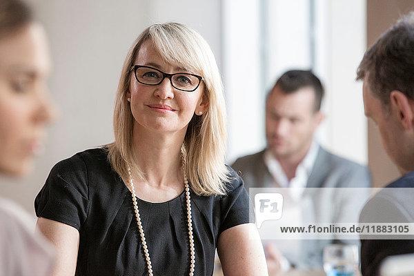 Geschäftsleute und Geschäftsfrauen bei der Arbeit