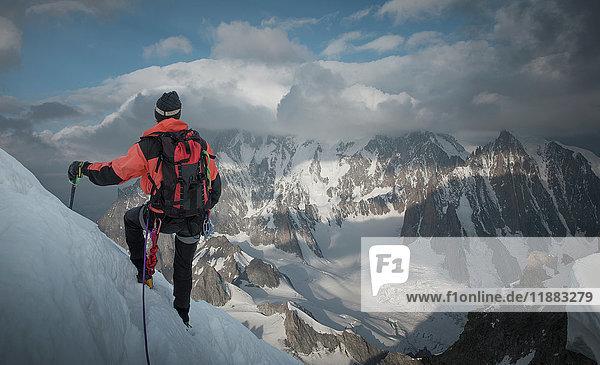 Bergsteiger am Berghang  Blick auf den Berg  Montblanc  Languedoc-Roussillon  Frankreich  Europa