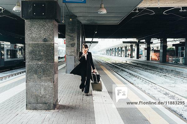 Geschäftsfrau benutzt Mobiltelefon im Bahnhof  Mailand  Italien
