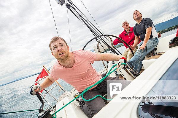Drei Generationen Familie auf einem Segelboot  Genf  Schweiz  Europa