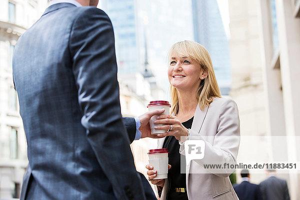 Geschäftsfrau und Geschäftsmann in der Kaffeepause