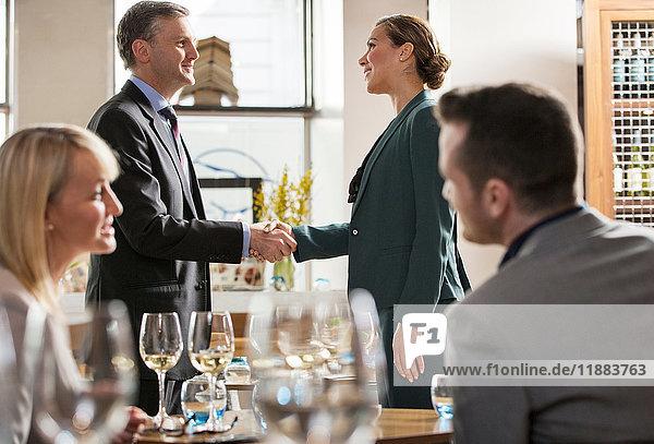 Geschäftsmänner und -frauen beim Mittagessen im Restaurant