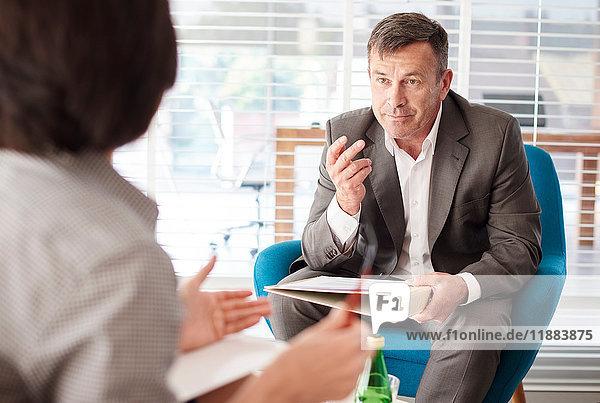 Kollegen  die in einer Geschäftsbesprechung diskutieren