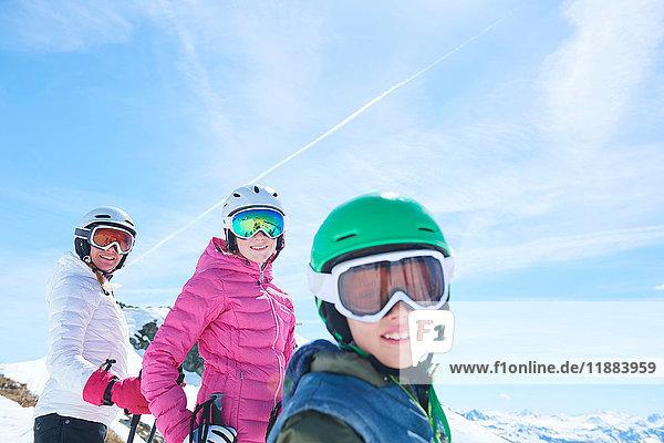 Mutter  Tochter und Sohn im Skiurlaub  Hintertux  Tirol  Österreich