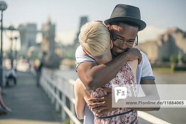 Junges Paar im Freien  umarmend