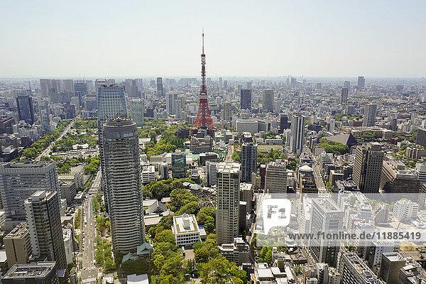 Luftaufnahme des Tokyo Tower in der Stadt gegen den Himmel am sonnigen Tag  Tokyo  Japan
