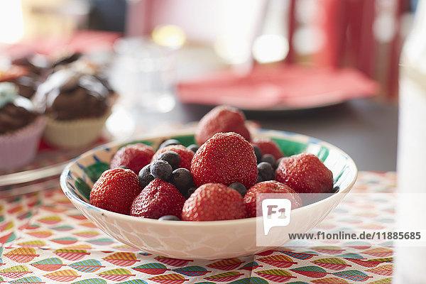 Nahaufnahme von frischen Beeren in der Schale auf dem Tisch zu Hause