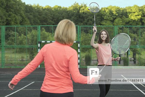 Mutter und Tochter beim Badmintonspiel vor Gericht