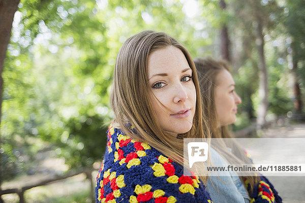 Seitenansicht Porträt einer schönen Frau mit einer Freundin im Park