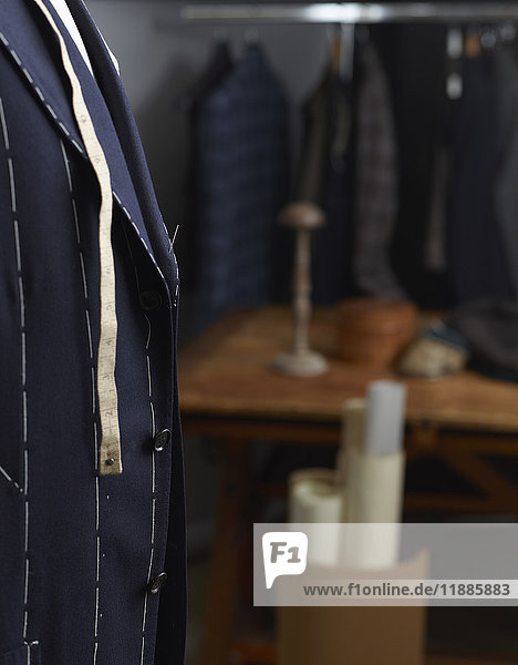 Maßband am Anzug im Designstudio