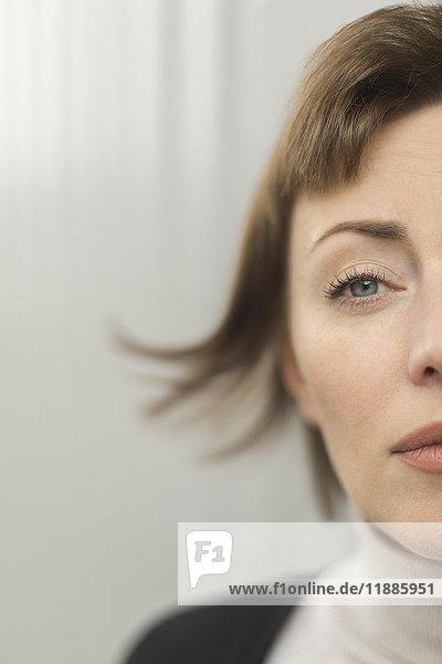 Nahaufnahme der Frau mit kurzem Haar und grauem Auge